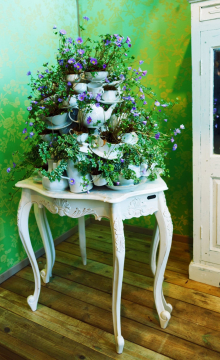 old-table-with-flower-decoration