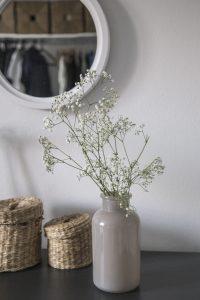 bloemen in romantische slaapkamer